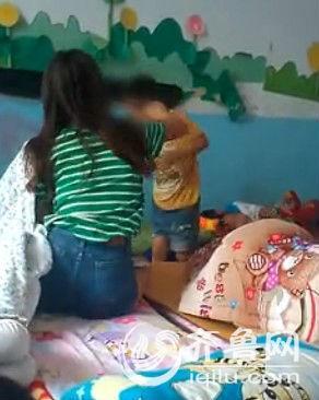 幼师抽打男童视频截图