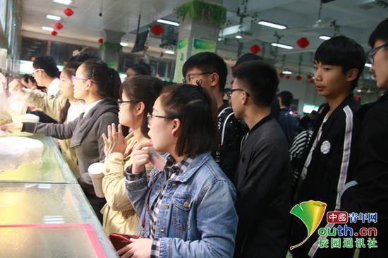 学生排队买饭。