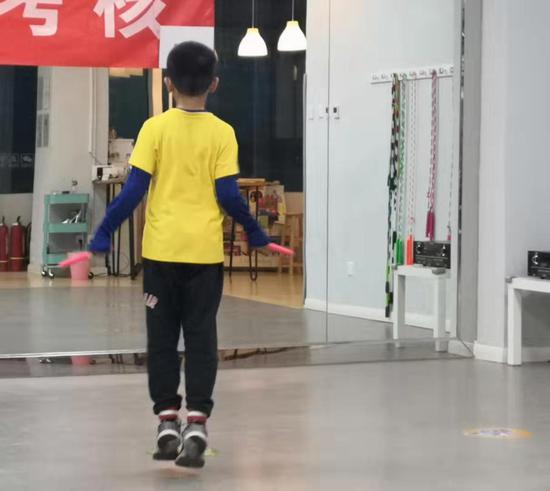 某跳绳培训班里,一个小男孩正在练习跳绳。摄影/新京报记者 吴婷婷