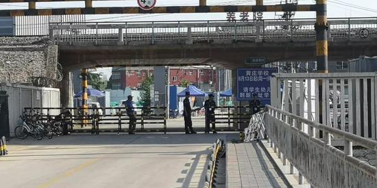 四五个安保人员看守着这里,除了汽车可以正常通行,行人无法通过。