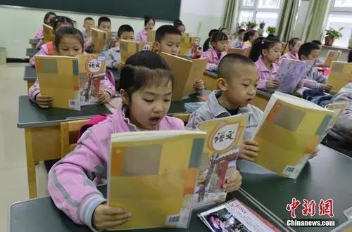 资料图:新疆乌鲁木齐市第133小学,一年级的学生朗诵语文课文。中新社记者 刘新 摄