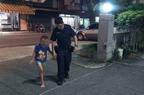 桃园市4岁黄姓男童外出游玩迷途,巡警协助他返家。(图:台湾《联合报》/龙潭警分局 提供)