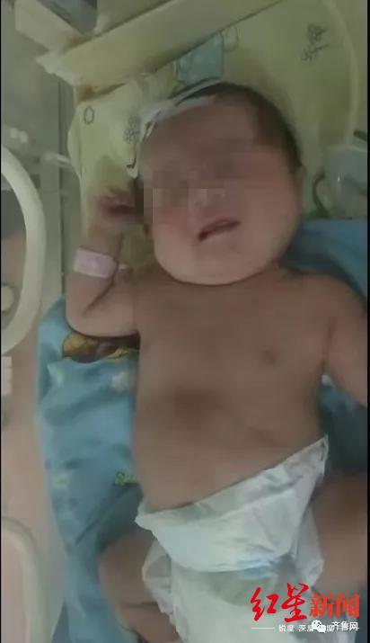 """↑被""""活埋""""的男婴。图据齐鲁网"""