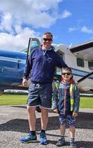 儿子上飞机看跳伞