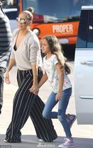 洛佩兹牵女儿逛街
