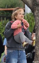 波特曼帮女儿上树