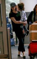 安妮抱儿子现身机场