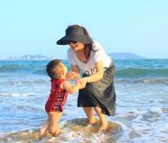 孙茜儿子海边玩水萌翻众人