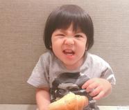 贾静雯晒Bo妞吃面包搞怪照