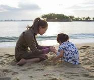 昆凌陪女儿小周周沙滩玩耍