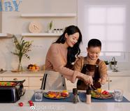 王媛可携双胞胎儿子拍摄封面