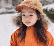 董璇分享女儿小酒窝玩雪照