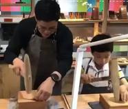 霍启刚劳动节陪儿子做手工