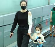 董璇携可爱女儿现身机场