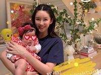 张子萱为小女儿庆祝百天