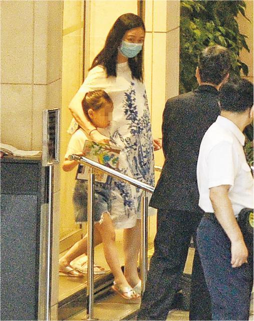 朱丽倩与女儿从大厦出来,孕味极浓。