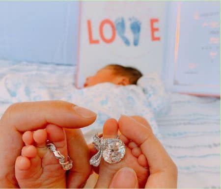 安以轩晒宝宝照片