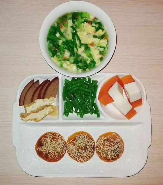 小烧饼+卤猪肝豆制品+牛奶木瓜+拌豇豆+鸡蛋蔬菜汤