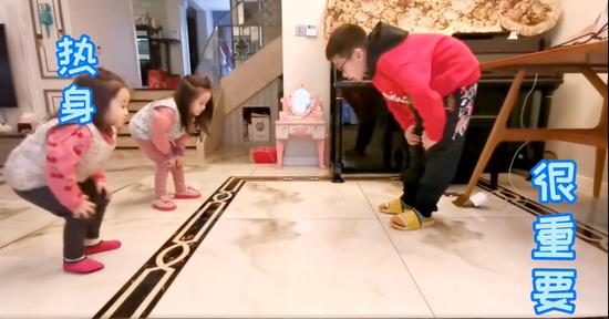 杨阳洋教两个妹妹做热身操