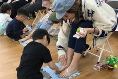 陈若仪带双胞胎儿子参加母亲节活动