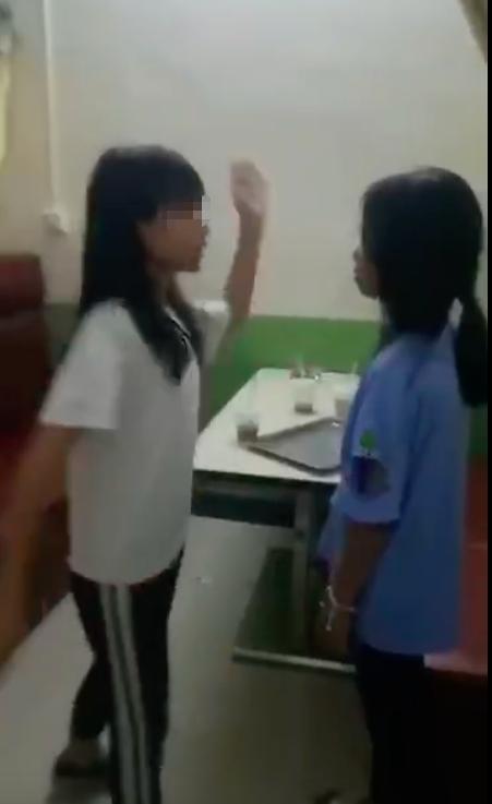 一女生被掌掴。视频截图