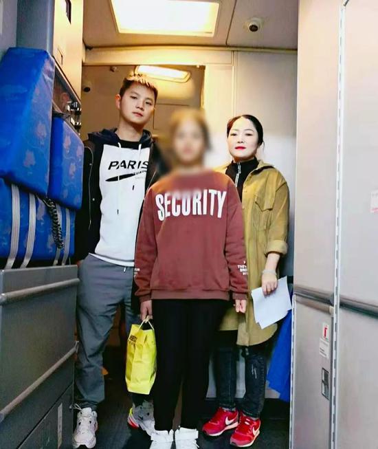 阳新县公安局西门派出所民警组成遣送小组,将柬埔寨女孩伦玛丽送回国。阳新县公安局供图