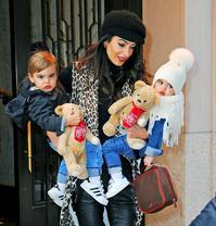 克鲁尼妻子一人抱俩娃