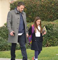 阿弗莱克送女儿上学