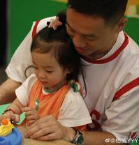 杨威带女儿参加活动