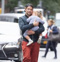 库珀抱女儿出街