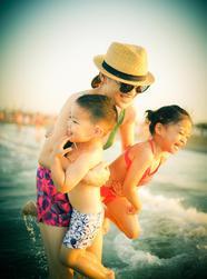 梅婷携儿女海边度假老公拍照获赞