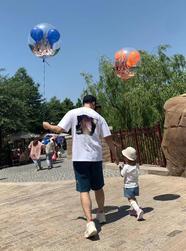 陈赫牵着安安玩气球