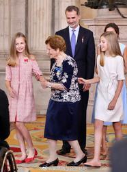 西班牙两公主随父母出席颁奖仪式