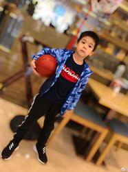 嗯哼变身运动少年打篮球