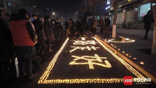 建昌二小门前 市民自发点燃3600支蜡烛悼念遇害者