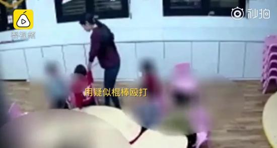 教师疑似用棍棒殴打幼儿