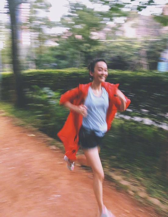 怀孕五个月的准妈妈陈意涵晒出自己公园跑步的照片