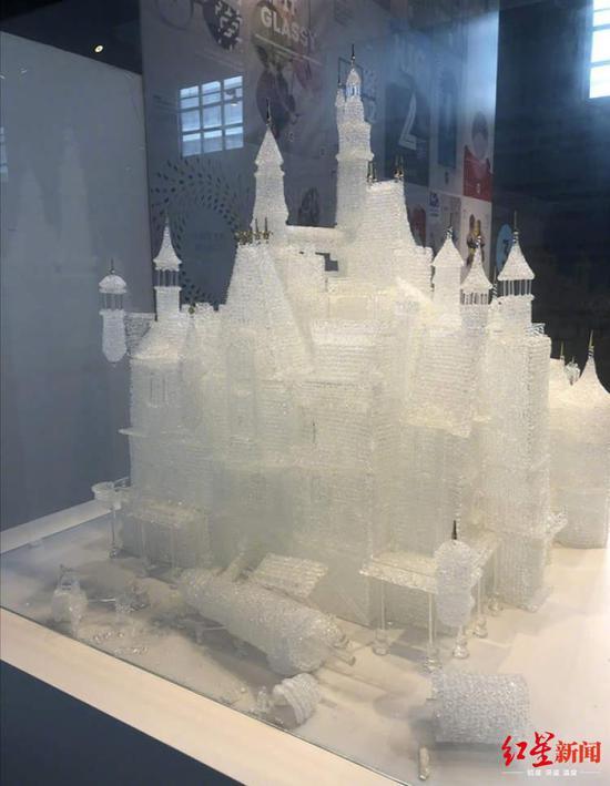 梦幻玻璃城堡破坏后仍在展出(图据《新闻晨报》)