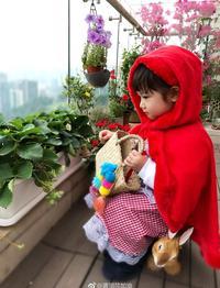 陈浩民女儿扮小红帽去外婆家