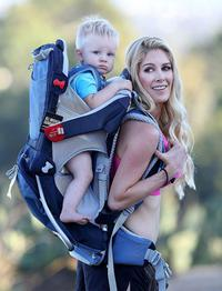 海蒂·普拉特背儿子爬山