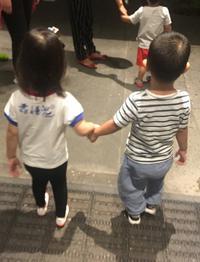 张梓琳女儿与小男孩拉手