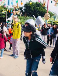 刘若英晒与儿子迪士尼游玩照