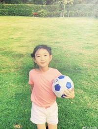 奥莉扎双丸子抱着足球很阳光