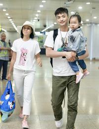 周一围朱丹携女儿现身机场