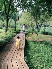 朱丹周一围带女儿亲近大自然