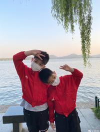 安吉小鱼儿穿同款红卫衣拍照