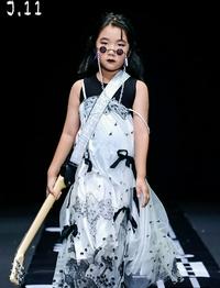 乔杉晒7岁女儿摇滚范T台秀