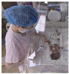 郭晶华53岁高龄产下两个试管婴儿