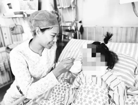 护士正在喂孩子吃流食 吉林日报 图