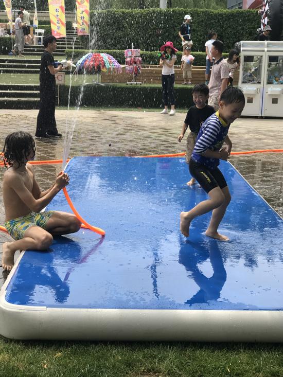 欧兰堡嘉年华现场玩水的中、外小朋友
